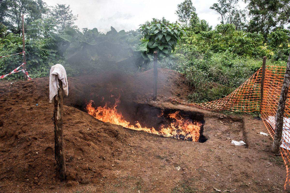 Health workers burn mattresses used by patients with the Ebola virus, on August 21st, 2018, in Mangina, near Beni, in the North Kivu province.
