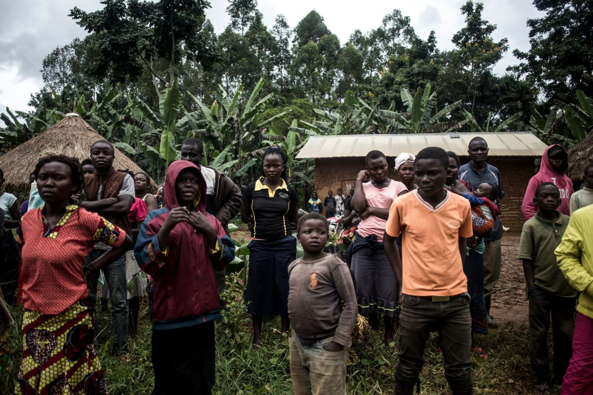 A group of Congolese look at a corpse of a suspected Ebola case being picked up, on the side of the road linking Beni to Mangina, on August 23rd, 2018, in Beni, in the North Kivu province.