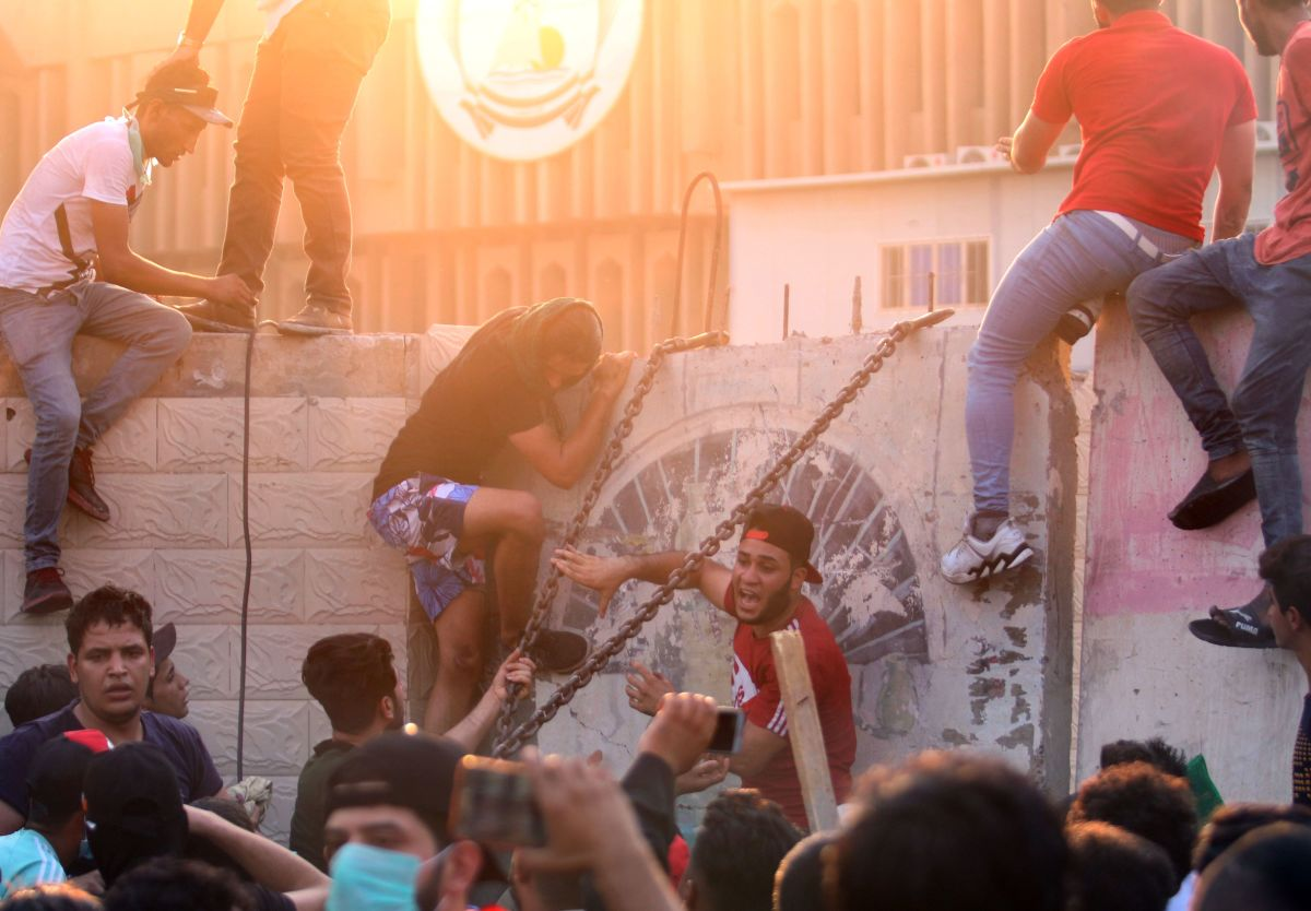 Iraqis protest against the government and the lack of basic services outside the regional government headquarters in the southern city of Basra on September 5th, 2018. Iraqi security forces opened fire on protesters on Wednesday as the two sides clashed in the southern city of Basra, a day after six people were killed in demonstrations over poor public services.