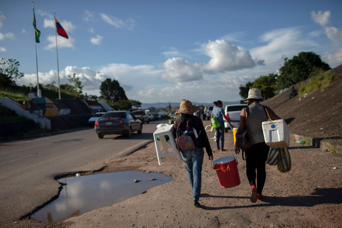 Venezuelan women walk back to their country after a day selling soft drinks and snacks in the Brazilian border in the city of Pacaraima, in Roraima State, on August 21st, 2018.