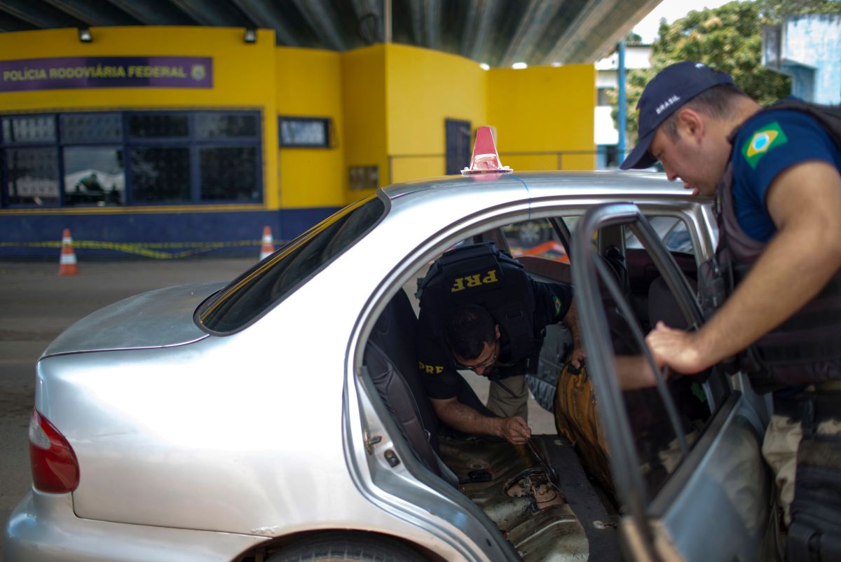 Brazilian Federal Road Police officers check a Venezuelan taxi on its way to Brazil at the Brazilian Migration Office in the border city of Pacaraima, Roraima State, Brazil, on August 20th, 2018.