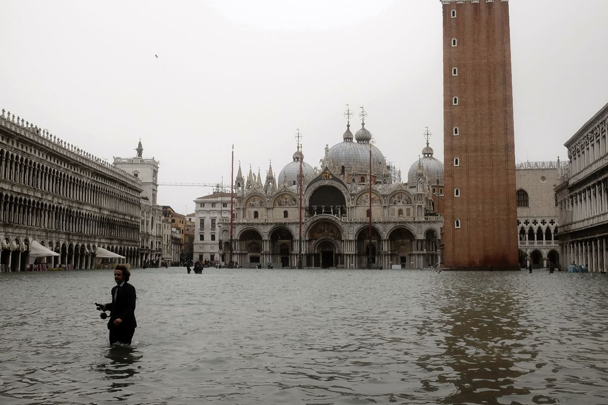 The UNESCO World Heritage Site of Venice and its lagoon is one of the most endangered World Heritage Sites in the Mediterranean region, due to storm surges and coastal erosion. In the course of this century, the ongoing rise in sea levels will further aggravate this danger.