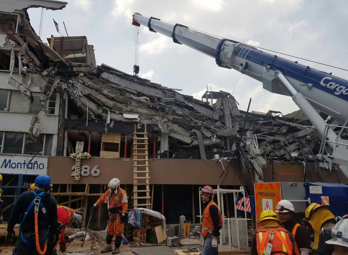 Rescuers work on the recovery of victims from the Alvaro Obregon 286 building on September 28th, 2017.
