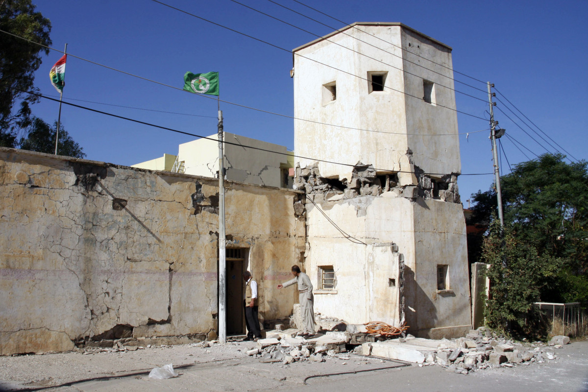 People inspect a damaged building in Darbandikhan in Iraqi Kurdistan on November 13th, 2017.