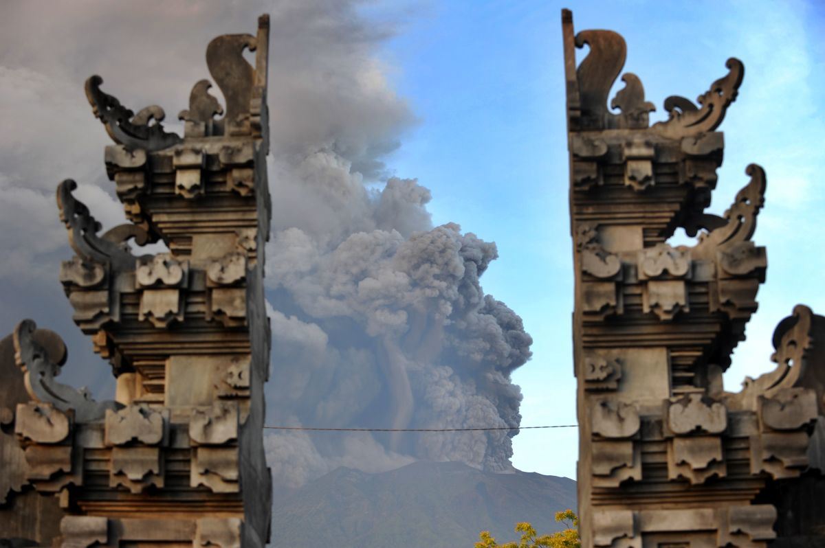 A view from the temple at Kubu sub-district in Indonesia's resort island of Bali shows Mount Agung's eruption on November 26th, 2017.