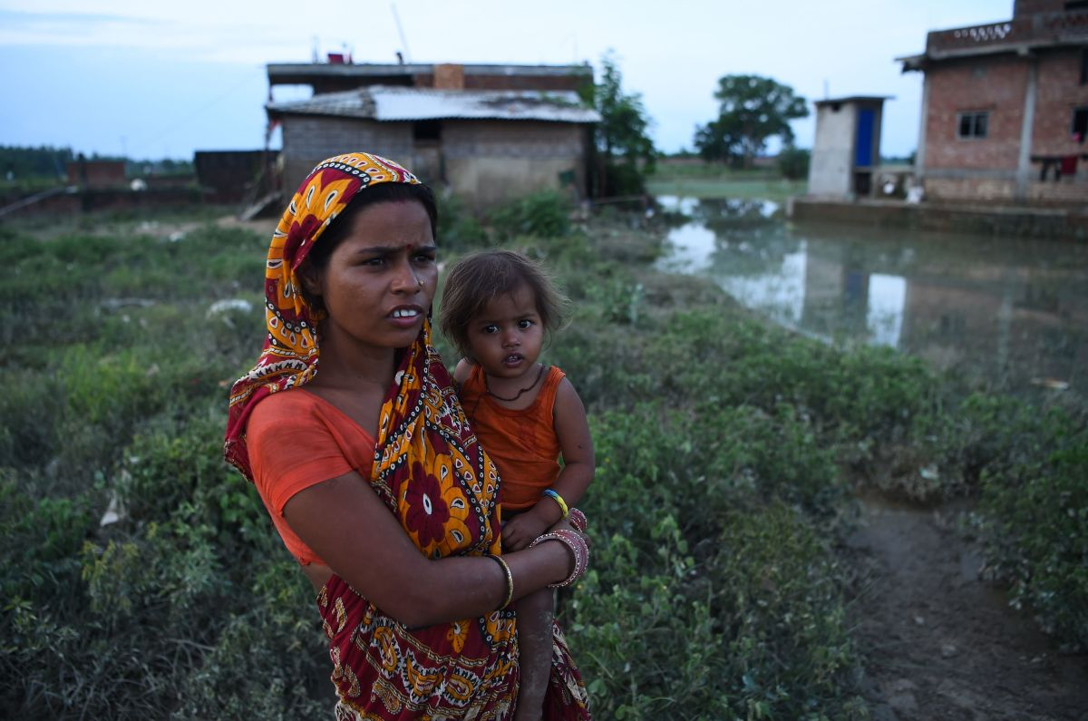 Nepals comprehensive approach to preventing stunting in children a nepali woman with her child in janakpur ccuart Images