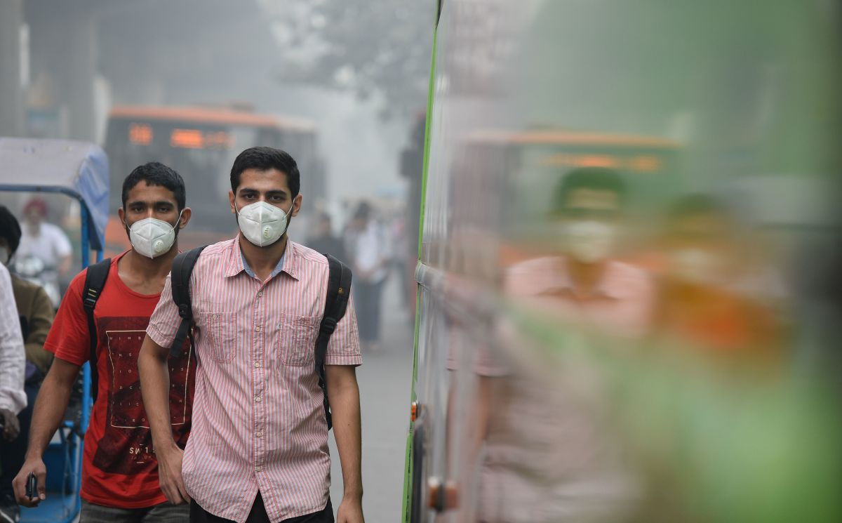 Commuters wear masks as they walk along a road amid heavy smog in New Delhi, India, on November 9th, 2017.
