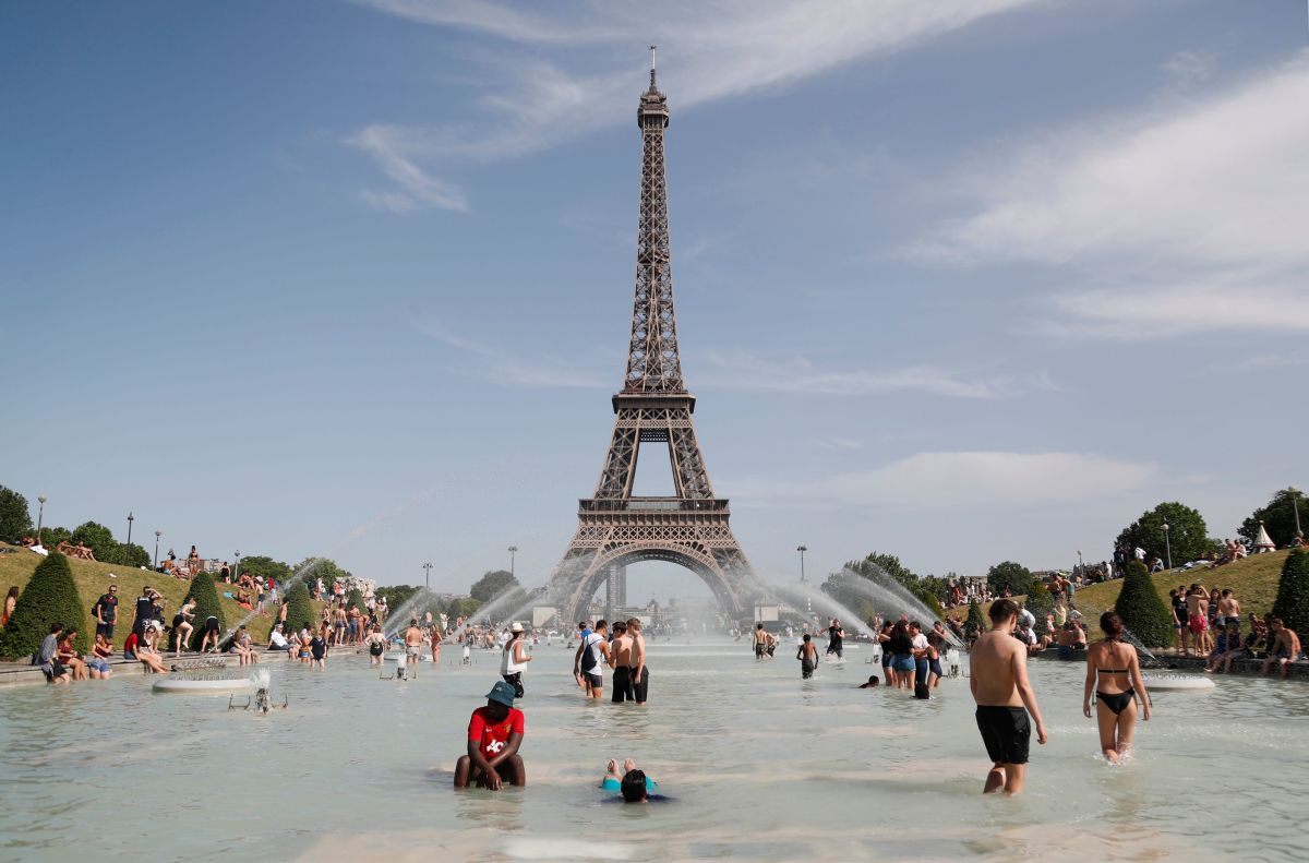 People bathe in the Trocadero Fountain in front of the Eiffel Tower in Paris during a heat wave on June 28th, 2019. The temperature in France on June 28th surpassed 45 degrees Celsius (113 degrees Fahrenheit) for the first time as Europe wilted in a major heat wave, state weather forecaster Meteo-France said.