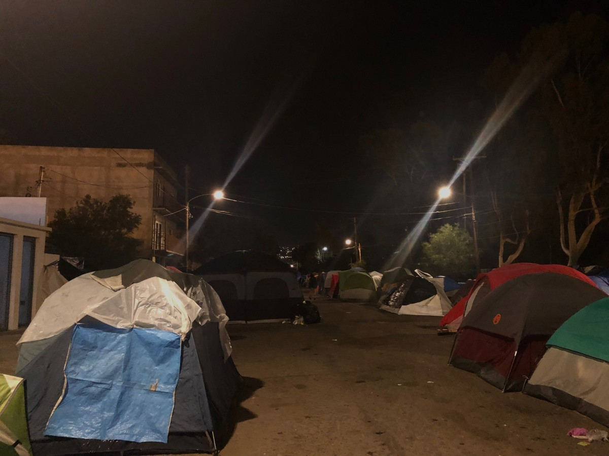 Even though the migrant shelter at Benito Juárez sports complex was closed and condemned as unsanitary, over 300 migrants remain camped on the street outside the complex.