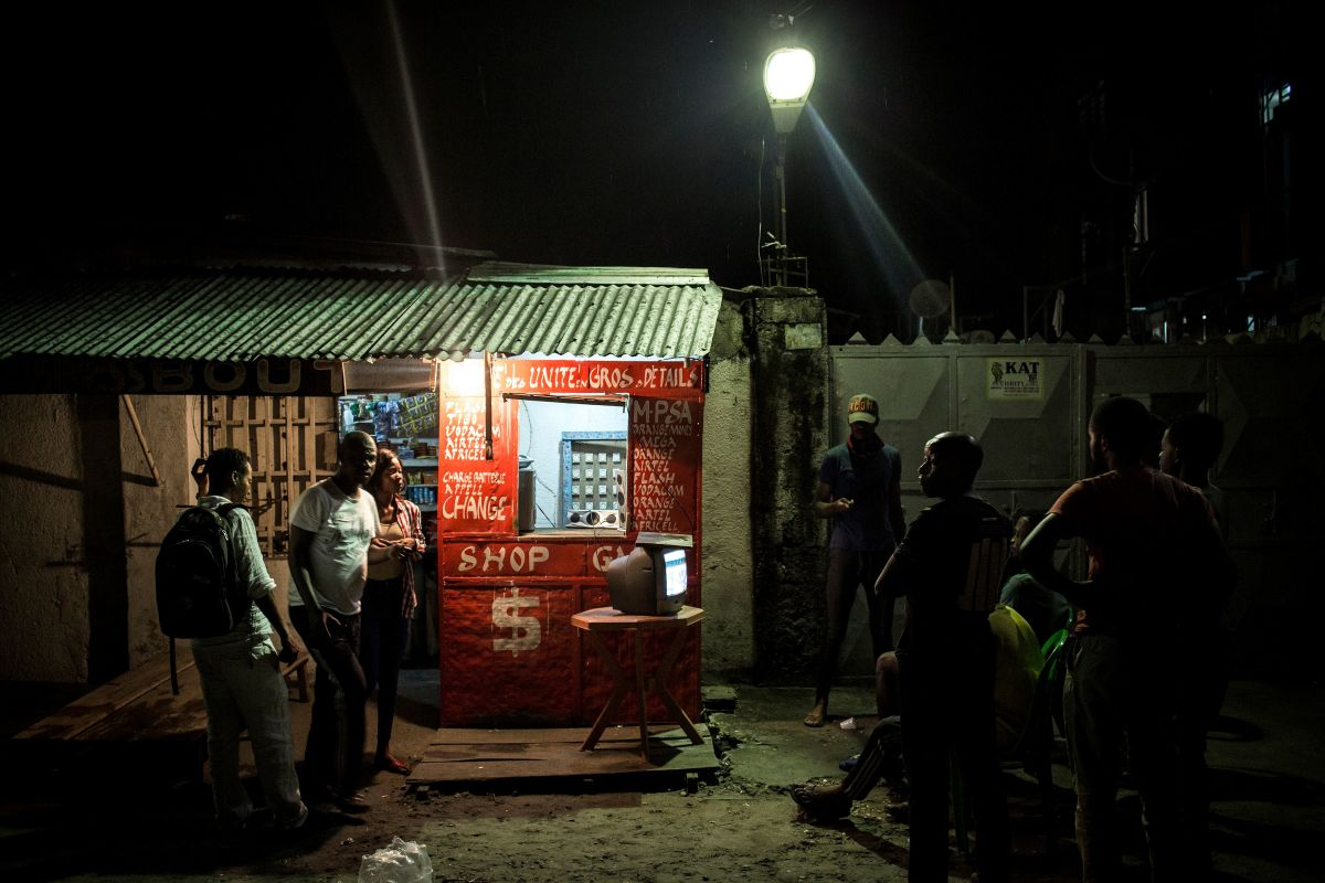 People gather around a television in the Lingwala district to watch the announcement of the presidential election results in Kinshasa on January 10th, 2019.