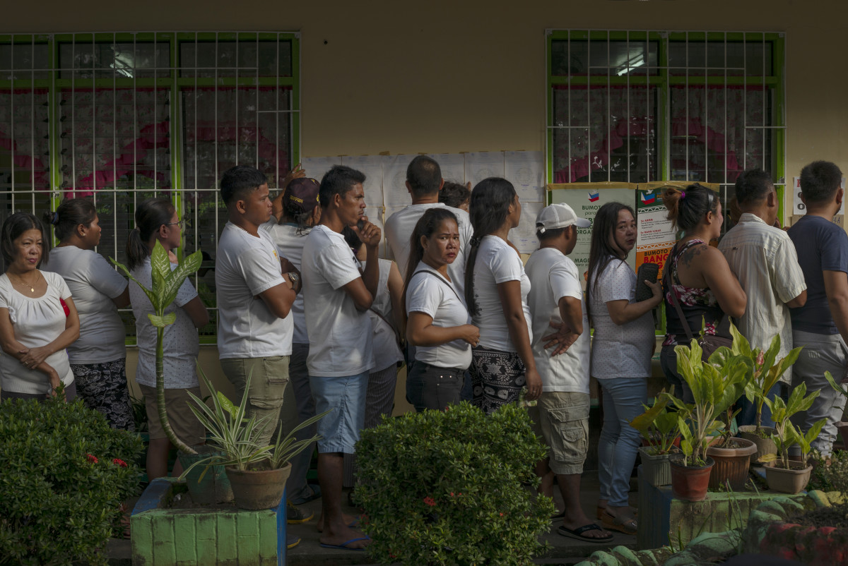 Residents flock to a local polling precinct to cast their votes on February 6th, 2019, in Tubod, Lanao del Norte, southern Philippines. Nearly three million Filipinos in the region of Mindanao are voting in a referendum that could pave the way for lasting peace in the country's Muslim-majority southern region and place them under a substantially more autonomous regional government. Based on reports, the vote could provide a political solution to decades of fighting between Islamist separatists and the Philippine army, which has left at least 120,000 people dead over years of violence.
