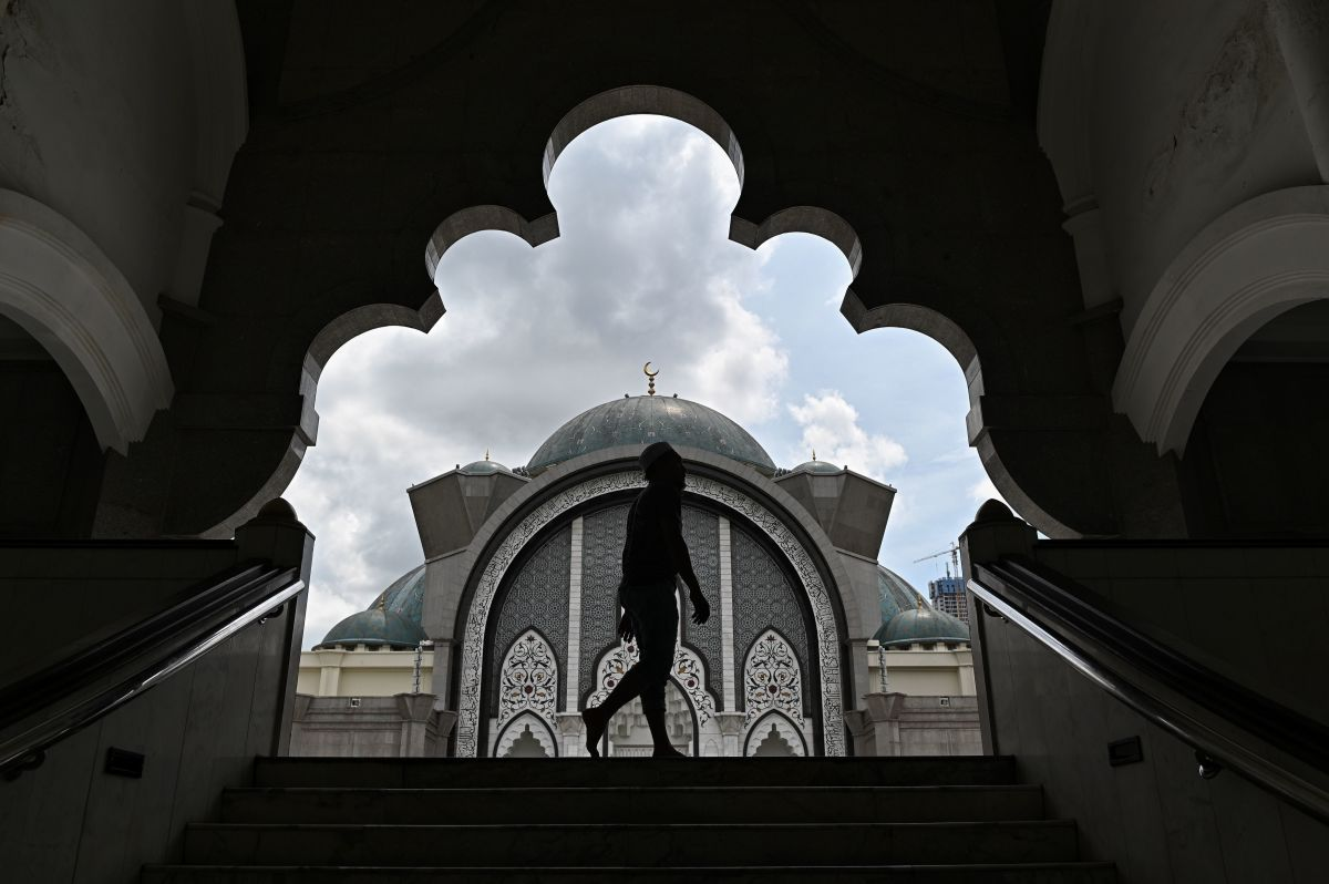 A worshipper arrives to offer a prayer at the Federal Territory Mosque during the holy Islamic month of Ramadan in Kuala Lumpur, Malaysia, on May 9th, 2019.